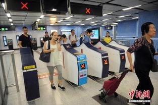 资料图 香港某地铁站内.    摄 -调查报告预测今年香港雇员平均薪酬升...