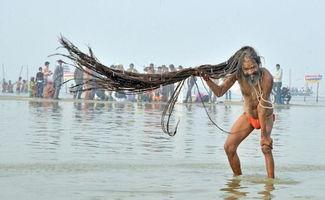 ...印度教圣僧托起3米长发沐浴庆祝佛浴节.(网页截图)-印度拟开通...