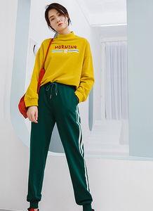 深绿色裤子配什么颜色上衣 墨绿色裤子配什么颜色上衣合适