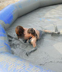 ...滩体育节开幕 美女腕力赛pk泥浆摔跤