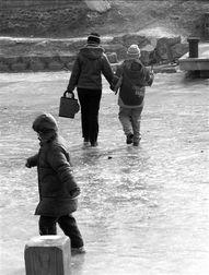手拿风车的孩子和家长一起穿行冰面. 本报记者 -t望东城2010年第02...