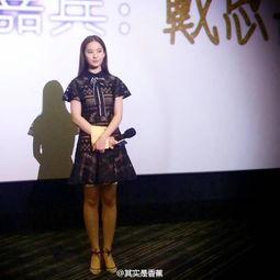 演明星见面会的视频.现场突发意外,穿着高跟鞋的刘亦菲被一位疯狂...