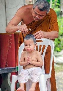 泰国2岁小和尚念经打瞌睡 呆萌模样走红网络 组图